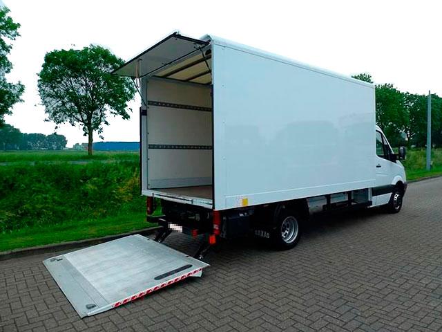 Автомобиль с гидробортом для перевозки грузов