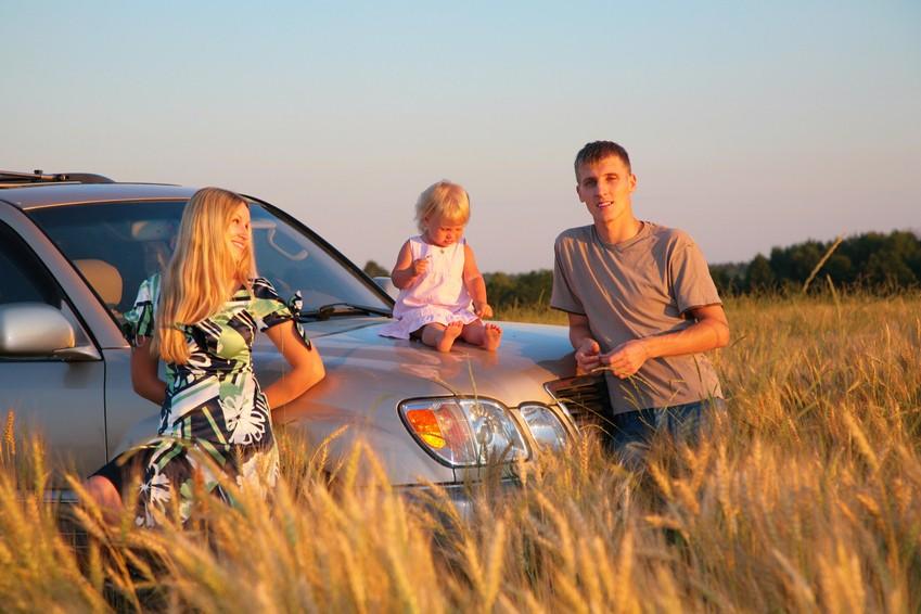 Семья с ребенком у машины