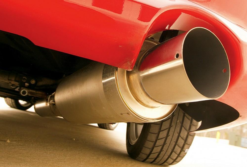 Автомобиль с прямоточным глушителем