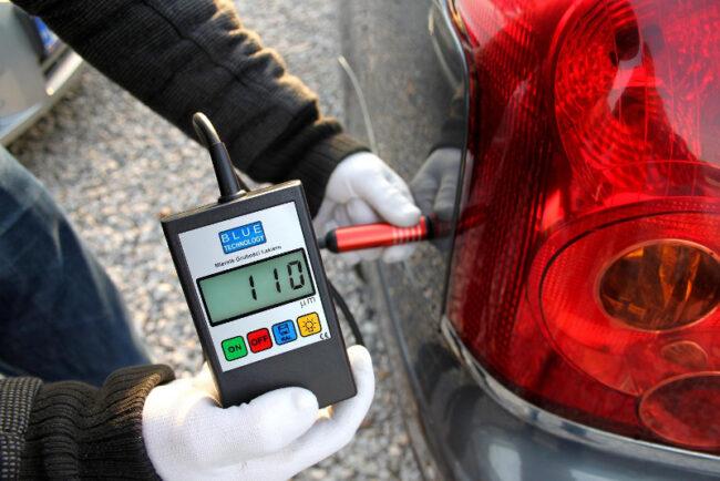 Измеряем лакокрасочное покрытие автомобиля в разных местах