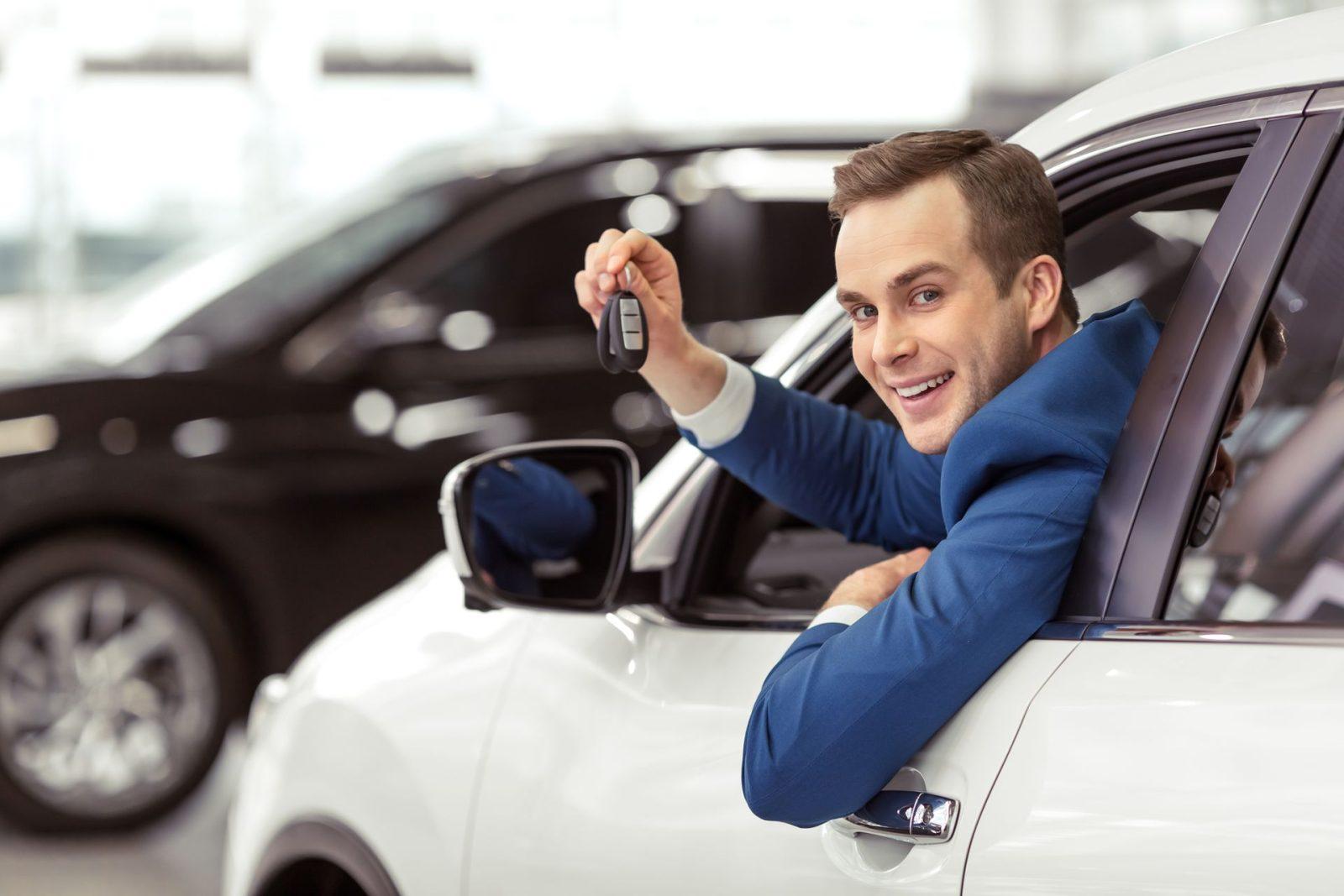 Довольный владелец авто