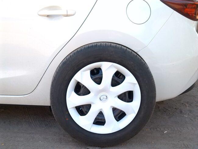 стильный колпак на автомобиле мазда
